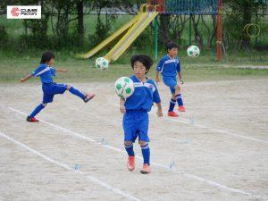 サッカーをするエクセレントフィートFCの選手