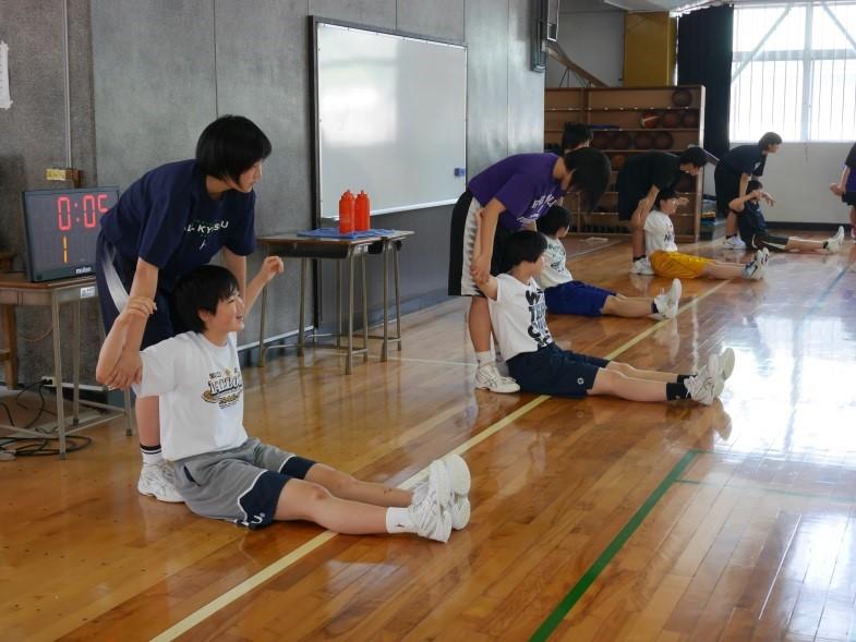 ストレッチをする鶴鳴学園長崎女子高等学校女子バスケットボール部選手