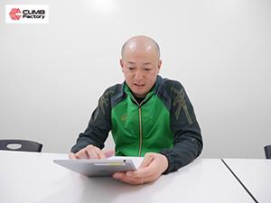 iPadを操作する横浜創学館高校ハンドボール部監督・小林聖氏