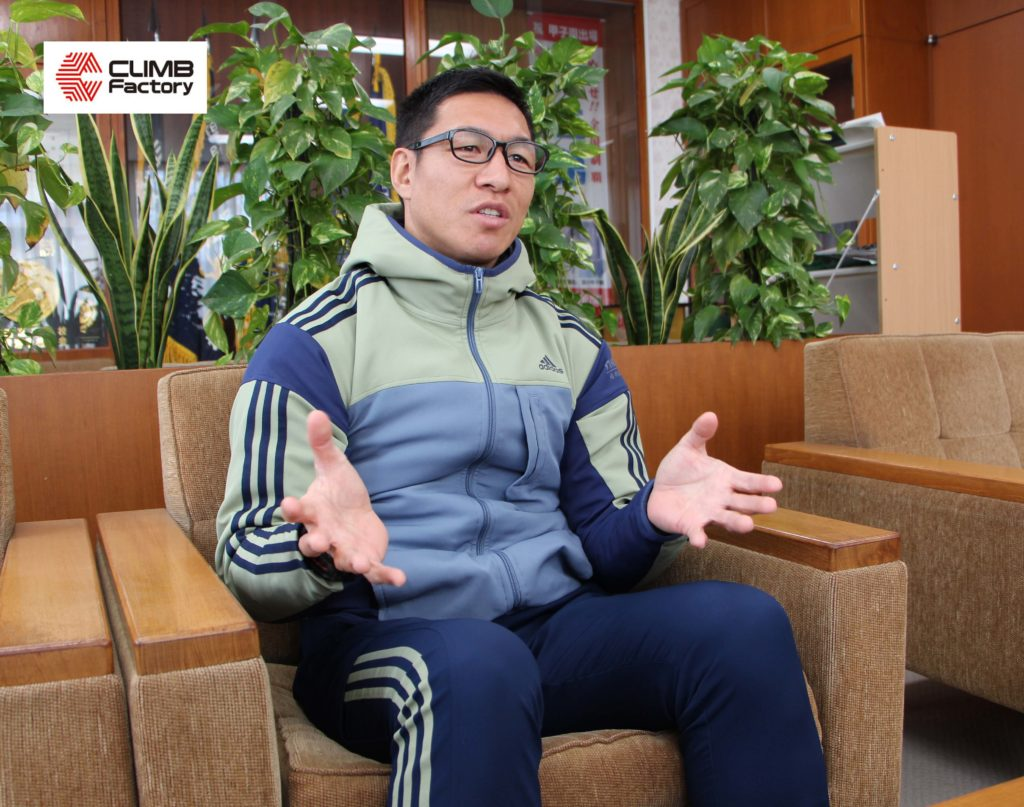 インタビューを受ける桐生第一高等学校ラグビー部監督・霜村誠一氏