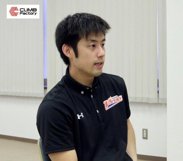 インタビューを受ける熊本ヴォルターズU15ヘッドコーチ奈良篤人氏
