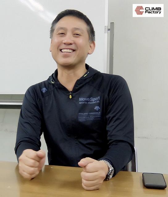大阪産業大学-男子バレーボール部-笑顔でインタビューに答える監督澤井亨氏