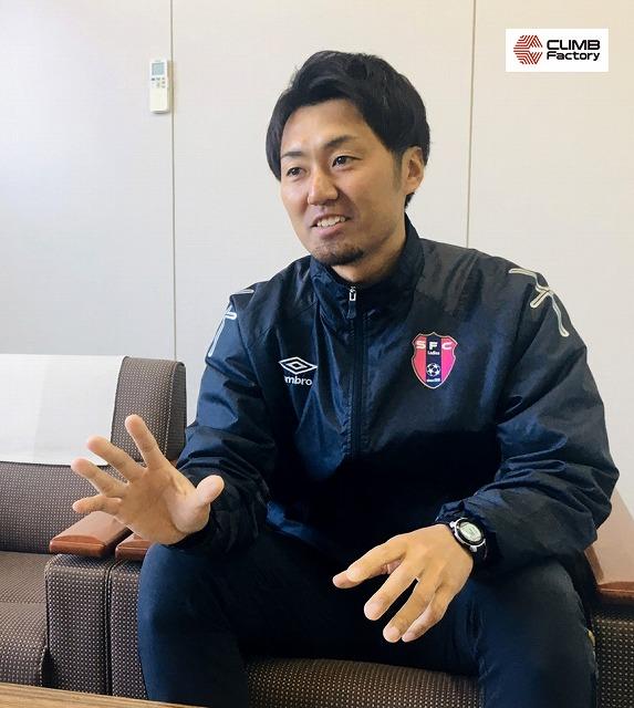 インタビューを受ける至学館高等学校女子サッカー部永井響介監督